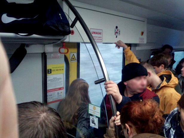 Pociągiem przy otwartych drziwach @Hans/ Kontakt 24