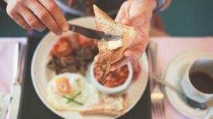 Lepsze dwa śniadania niż żadne. Niejedzenie tuczy