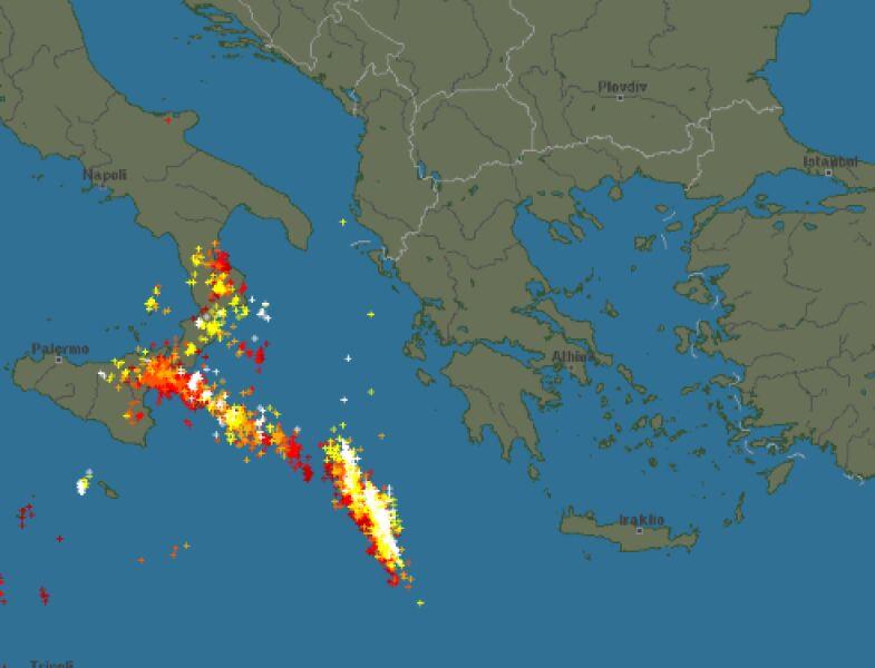 Wyładowania atmosferyczne w poniedziałkowy wieczór (blitzortung.org)