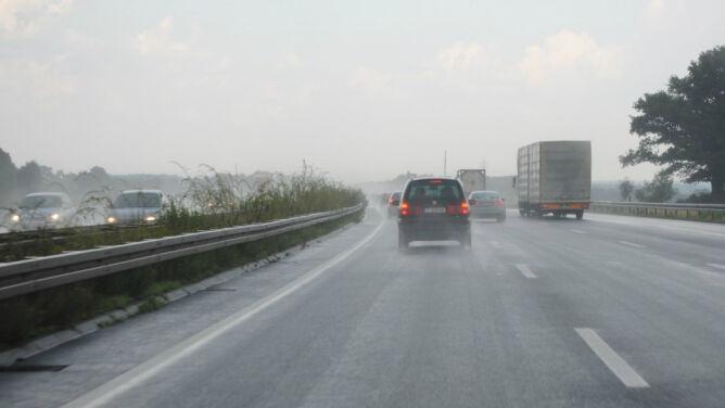 Podróżowanie utrudnią opady i burze